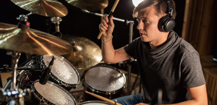 Dynamic microphone between drums and cymbals