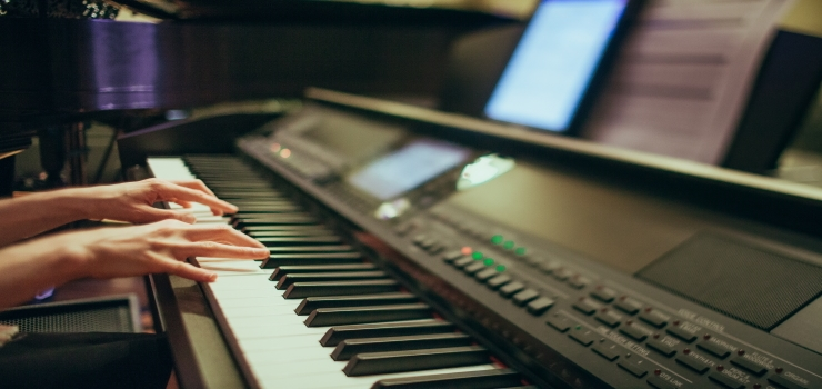 a hands playing the digital piano