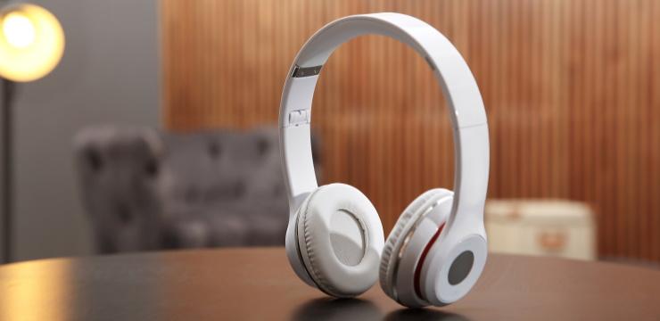 noise cancelling headphones sobre la mesa